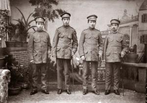 000 民國前二年吳鐵城(右二)著革命服與林森(右一)合影