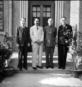 004 二十九年四月一日南洋僑胞陳清虎謁蔣中正委員長 右起吳鐵城、蔣中正、陳清虎