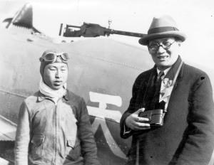005 二十三年三月十八日航空署驅逐隊隊長高志航(左)駕機表演後與吳鐵城(右)市長合影。