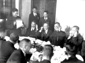 007 民國二十五年二月十五日中日無線電話上海東京間通話開幕禮,圖為吳鐵城市長〈面向鏡頭右二〉等在閘北電話分局通話情狀。