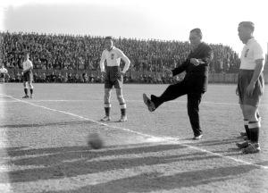 009 民國二十五年十一月八日上海足球兩霸東華法商兩隊比賽。圖為吳鐵城市長開球。