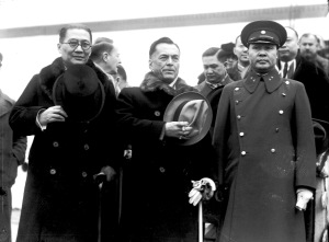 013 民國二十六年一月二十九日菲總統奎松過滬赴美,(左)吳鐵城(右)奎松。