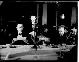016 民國二十四年二月十八日滬市各界歡送梅蘭芳,梅蘭芳(中站者)答詞,吳鐵城(左,戴眼鏡者)(19350218)。