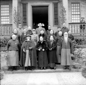 021 三十一年二月一日黨四元老為慶祝中英中美平等新約簽訂與孫夫人在四府合影留念