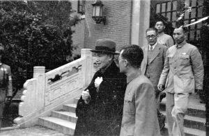 043 民國三十五年五月二日蔣中正主席以茶會招待國大代表,說明:蔣中正主席(前左)與吳鐵城(前右)交談。