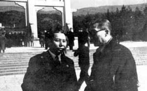 050 民國三十六年三月十二日蔣中正主席謁陵,張群(左)與吳鐵城(右)參加謁陵。
