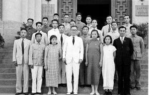 054 民國三十年一月一日吳鐵城祕書長與回國受訓歸僑合影