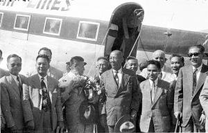 069 民國四十一年五月二十一日駐菲大使陳質平及旅菲僑領來台,吳鐵城(左三)、陳質平(右二)