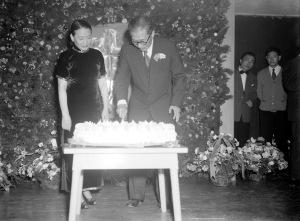 084 民國四十二年三月九日黨國元老吳鐵城六六壽辰,何應欽(右)、吳鐵城(左二)切蛋糕1